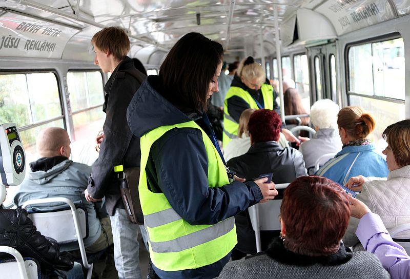 Rīgas sabiedriskā transporta biļešu kontrolieri veic biļešu pārbaudi 4.maršruta tramvajā.