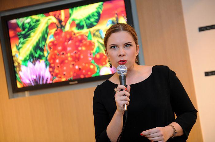 Māksliniece Kristīne Luīze Avotiņa uzrunā klātesošos sava 2013.gada kalendāra prezentācijas pasākumā.