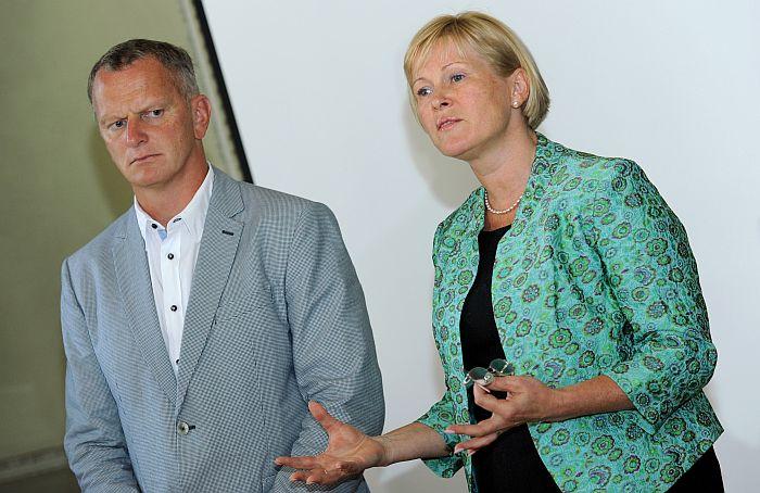 Saeimas deputāts Gaidis Bērziņš un demisionējusī kultūras ministre Žaneta Jaunzeme-Grende preses konferencē informē par paveikto.
