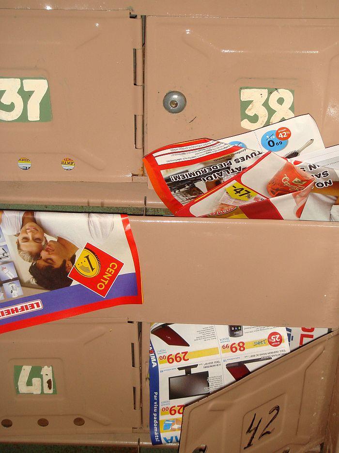 Reklāmu izdevumi daudzdzīvokļu mājas pastkastītēs.