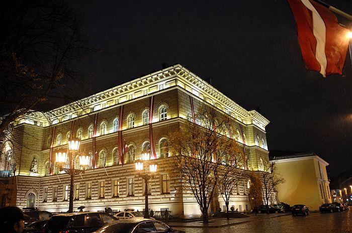 """Saeimas ēka gaismas festivāla """"Staro Rīga"""" laikā."""