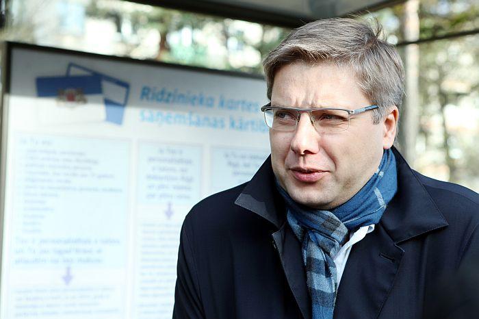 """Rīgas domes priekšsēdētājs Nils Ušakovs piedalās Mazās Brīvības ielas un pieturvietas """"Meža skola"""" atklāšanas pasākumā."""