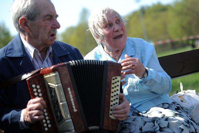Uzvaras parkā pie pieminekļa Padomju Latvijas un Rīgas atbrīvotājiem no nacistiskajiem iebrucējiem notiek Nacisma sagrāves un Otrā pasaules kara upuru piemiņas dienai – Uzvaras svētkiem veltīts pasākums.