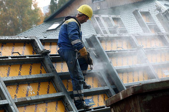 Celtnieks pašvaldības sociālo māju būvlaukumā Imantā.
