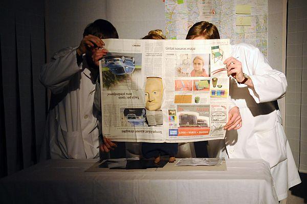 """Aktieri Gints Šimelis – Širmanis (no kreisās), Guna Zariņa un Armands Berģis teātra """"Dirty Deal Teatro"""" izrādes """"Laika jautājums"""" ģenerālmēģinājumā."""