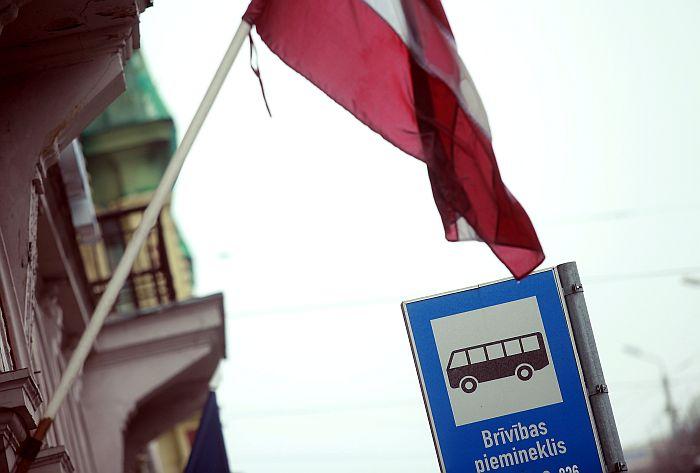 Latvijas valsts karogs pie sabiedriskā transporta pieturas par godu valsts svētkiem – Lāčplēša dienai.