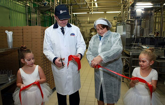 """Zemkopības ministre Laimdota Straujuma un AS """"Tukuma piens"""" direktors Ints Poškus piedalās uzņēmuma biezpiena ražotnes atklāšanas pasākumā."""