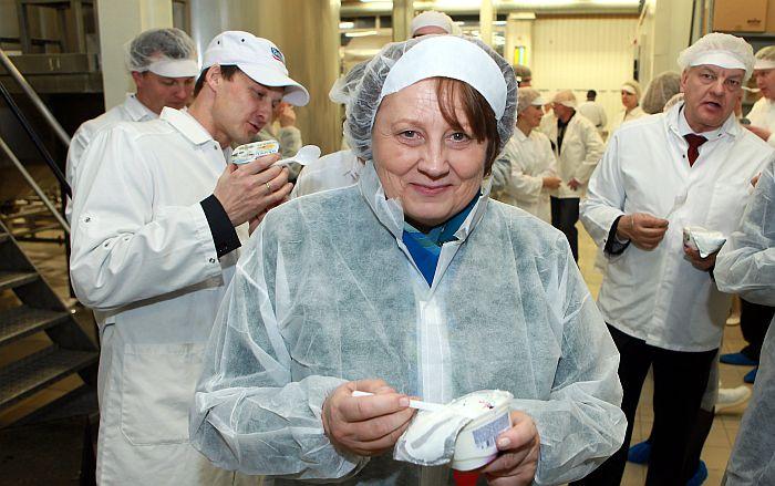 """Laimdota Straujuma piedalās AS """"Tukuma piens"""" biezpiena ražotnes atklāšanas pasākumā."""