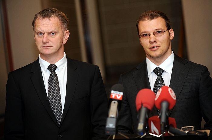 """Nacionālās apvienības """"Visu Latvijai!""""-""""Tēvzemei un Brīvībai/LNNK"""" pārstāvji – līdzpriekšsēdētāji Gaidis Bērziņš (no kreisās) un Raivis Dzintars."""