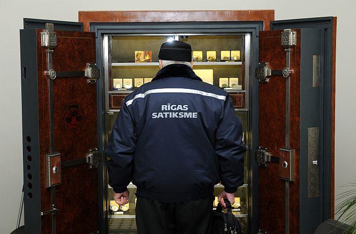 """""""Rīgas satiksme"""" darbinieks ieradies Latvijas Bankas kasē, kur no šodienas var iegādāties Latvijas eiro monētu sākumkomplektus. (Publicitātes foto)"""