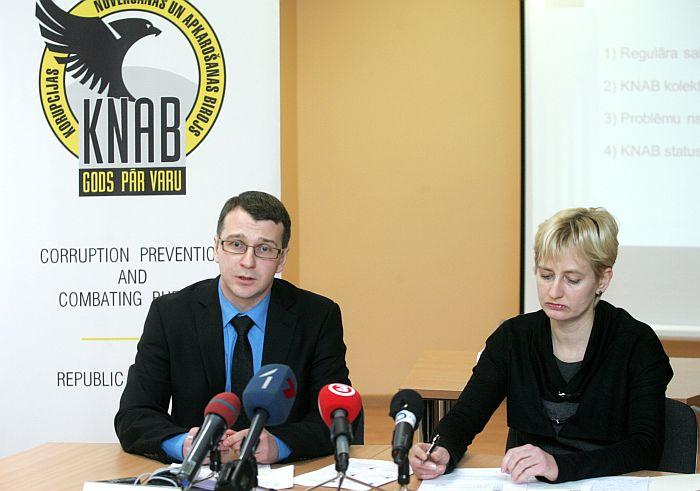 Korupcijas novēršanas un apkarošanas biroja (KNAB) priekšnieks Jaroslavs Streļčenoks un vietniece Juta Strīķe piedalās preses konferencē, kurā informē par KNAB darbības rezultātiem 2011.gadā korupcijas novēršanā un apkarošanā, kā arī politisko partiju finansēšanas kontrolē.