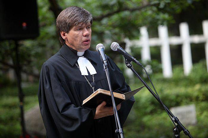 Mācītājs Guntis Kalme uzrunā klātesošos Rīgas 1.Meža kapu Balto krustu kapulaukā svētbrīdī, kura laikā piemin Baigajā gadā un Gulaga nometnēs nogalinātos Latvijas iedzīvotājus.