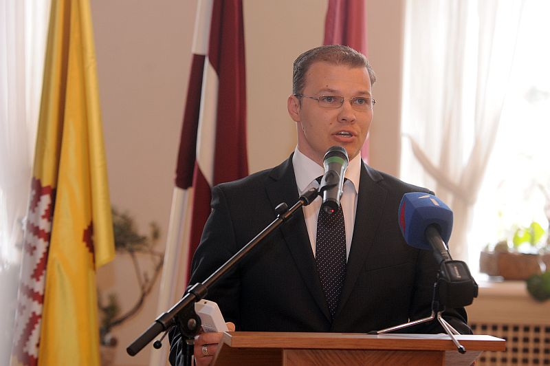 """Nacionālās apvienības """"Visu Latvijai!""""-TB/LNNK"""" valdes līdzpriekšsēdētājs Raivis Dzintars uzrunā klātesošos nacionālās apvienības """"Visu Latvijai!""""-""""Tēvzemei un Brīvībai""""/LNNK konferencē, kurā apspriež būtiskākās politiskās aktualitātes un paveikto darbā valdībā un Saeimā, kā arī dalību gaidāmajās pašvaldību vēlēšanās."""