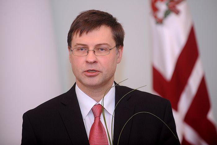 Demisionējošais Ministru prezidents Valdis Dombrovskis saka uzrunu svinīgajā pasākumā Ministru kabinetā, kura laikā iepazīstināja jauno premjeri ar amata pienākumiem, bijušo premjeru galerijā pievienoja savu fotoattēlu un iedzina simbolisko naglu karoga kātā.