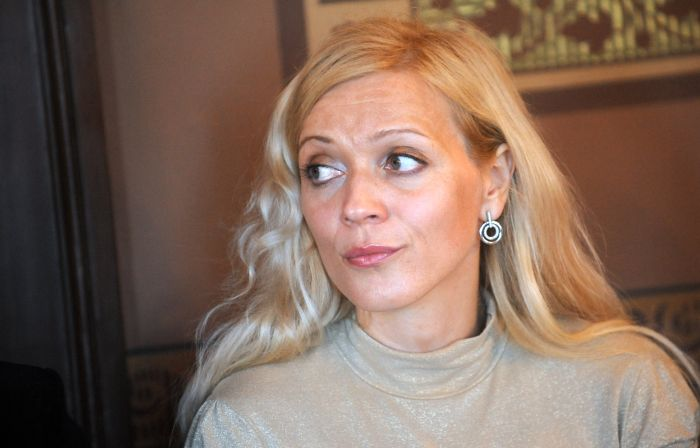 """Galvenās lomas izpildītāja Silga Tīruma piedalās preses konferencē par Imanta Kalniņa operas """"Spēlēju dancoju"""" koncertuzvedumu."""