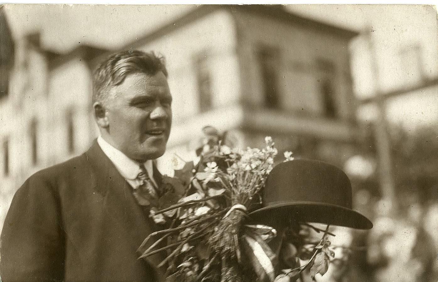 """Vērtīgi tāpat ir fotogrāfa Mārtiņa Lapiņa (1873 – 1954) uzņēmumi, fiksējot Latvijas Pagaidu valdības svinīgo sagaidīšanu Rīgā, tai atgriežoties no Liepājas ar kuģi """"Saratov"""" 1919. gada 8. jūlijā. Pagaidu valdības vadītājs Kārlis Ulmanis 1919. gada 8. jūlijā Rīgā."""