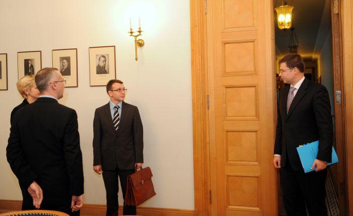 Ministru prezidents Valdis Dombrovskis (no labās), Korupcijas novēršanas un apkarošanas biroja (KNAB) priekšnieks Jaroslavs Streļčenoks, priekšnieka vietnieki Juta Strīķe un Alvis Vilks pirms tikšanās Ministru kabinetā.