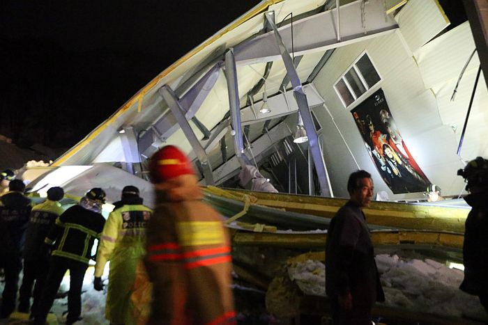 """South Korean rescue workers surround the scene of a collapsed building at the Mauna Resort in Gyeongju, in South Korea's south eastern Gyeongsang Province, on February 17, 2014. Some 100 students were reportedly attending a feshman reception when the building collapsed. REPUBLIC OF KOREA OUT/AFP PHOTO/YONHAP —-EDITORS NOTE—- RESTRICTED TO EDITORIAL USE – MANDATORY CREDIT """"AFP PHOTO/YONHAP"""" NO MARKETING NO ADVERTISING CAMPAIGNS – DISTRIBUTED AS A SERVICE TO CLIENTS REPUBLIC OF KOREA OUT"""