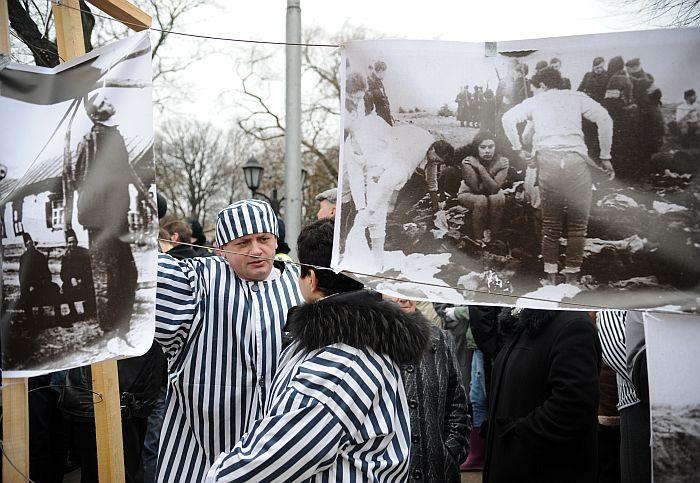 """""""Antifašisti"""" un viņu atbalstītāji pie Brīvības pieminekļa protestē pret oganizācijas """"Daugavas vanagi"""" rīkoto latviešu leģionāru piemiņas gājienu."""