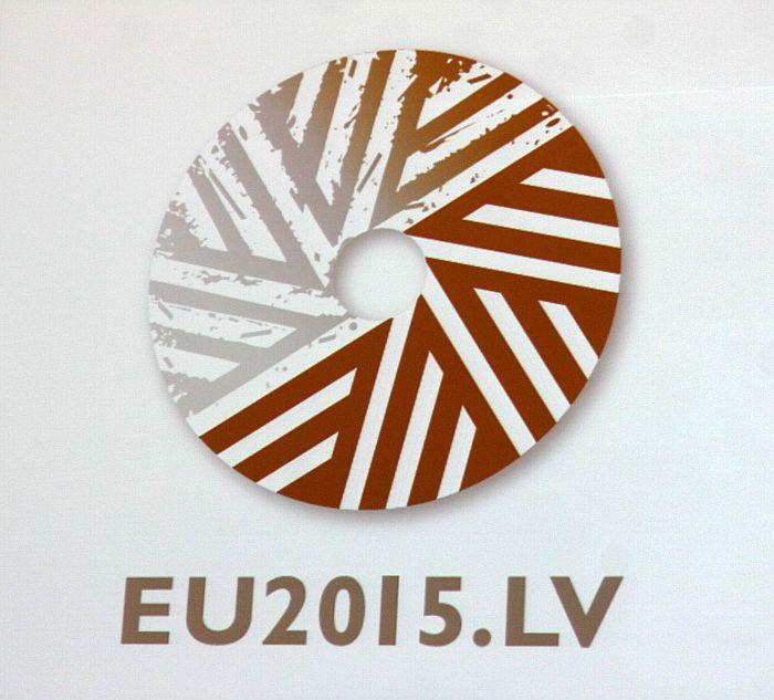 Ministru kabinetā apstiprinātais Latvijas prezidentūras 2015.gadā Eiropas Padomē logo, kuru veidojis dizaina grafiķis Gunārs Lūsis.
