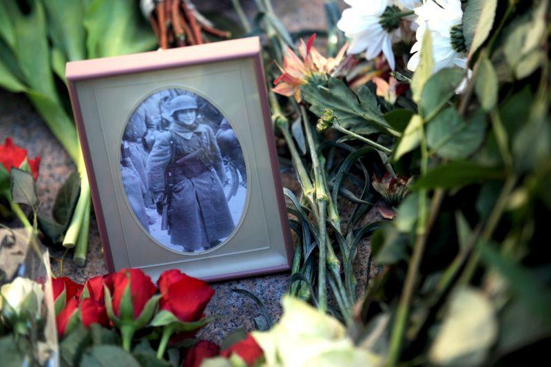 Ziedi pie Brīvības pieminekļa leģionāru piemiņas dienā.