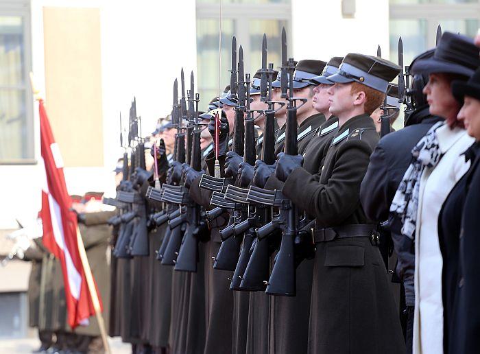 Godasardze un valsts amatpersonas Zviedrijas karaļa Kārļa XVI Gustava un karalienes Silvijas sagaidīšanas ceremonijas laikā Rātslaukumā 2014.gada martā.