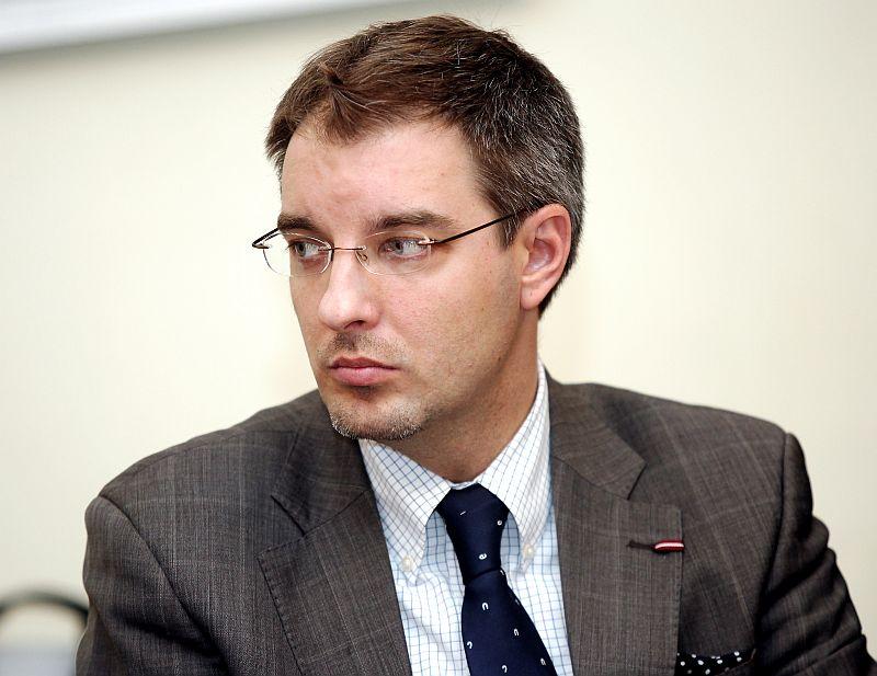 """Vides aizsardzības un reģionālās attīstības ministrijas valsts sekretārs Aleksandrs Antonovs piedalās preses konferencē, kurā iepazīstina ar starptautiskās zinātniski praktiskās konferences """"Kā nodrošināt globāli konkurētspējīgu augstāko izglītību Latvijas attīstības centros?"""" galvenajiem secinājumiem un lēmumiem."""