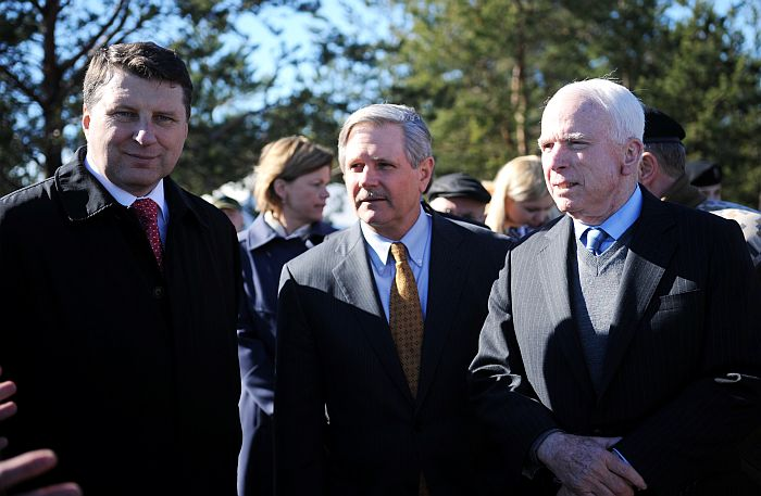 ASV senatori Džons Makeins (no labās), Džons Hovens un aizsardzības ministrs Raimonds Vējonis Ādažu poligonā iepazīstas ar Latvijas bruņoto spēku kaujas spēju attīstību.