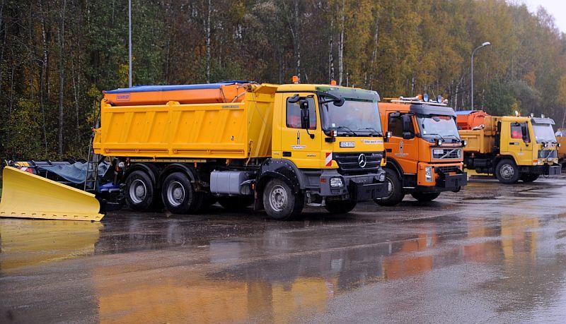 """Tehnika """"Latvijas autoceļu uzturētāja"""" ražošanas bāzē """"Neceri"""" Ķekavas novadā, kura sagatavota darbam ceļu uzturēšanai ziemas sezonā."""