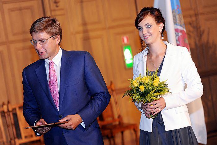 """Rīgas mērs Nils Ušakovs un Rīgas domes priekšsēdētāja nu jau bijusī kundze Jeļena Ušakova uzrunā Zelta kāzu jubilārus – pārus, kas laulībā nodzīvojuši 50 gadus, svinīgā pasākumā Rīgas Kultūras un tautas mākslas centrā """"Mazā ģilde"""". 2014. gada aprīlis."""