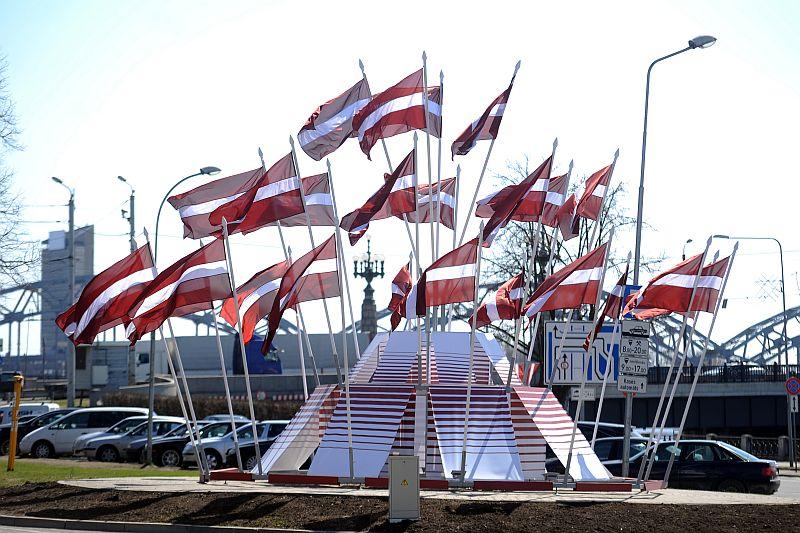 Latvijas karogi 11.novembra krastmalā par godu 4. maija Latvijas Republikas Neatkarības atjaunošanas deklarācijas pasludināšanas dienai.
