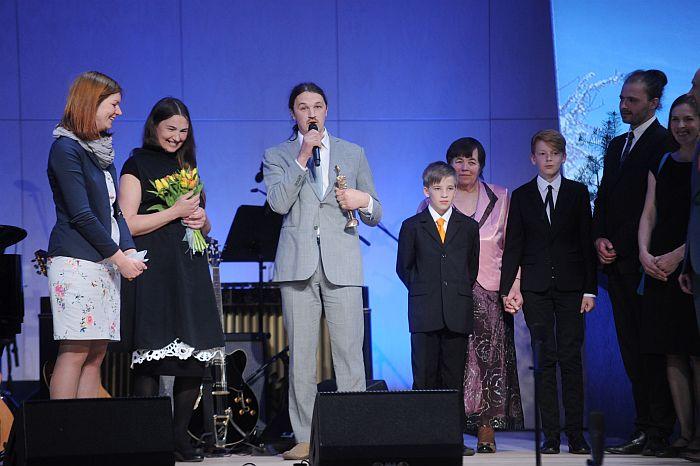 """Imanta Ziedoņa fonds """"Viegli"""" dzejnieka dzimšanas dienā cildināšanas ceremonijā pasniedz apbalvojumu """"Laiks Ziedonim"""" pieciem laureātiem, kas iedvesmojuši visu Latviju kļūt labākai."""
