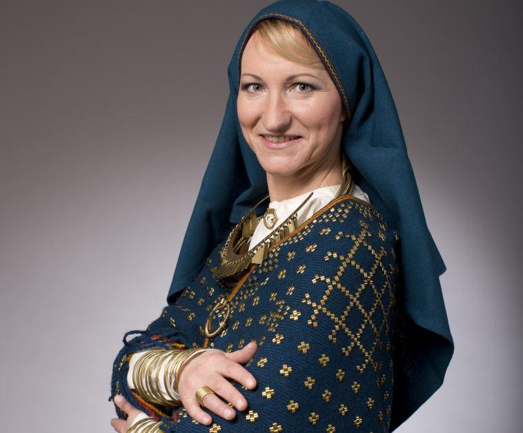 Kultūras ministre tautastērpā.