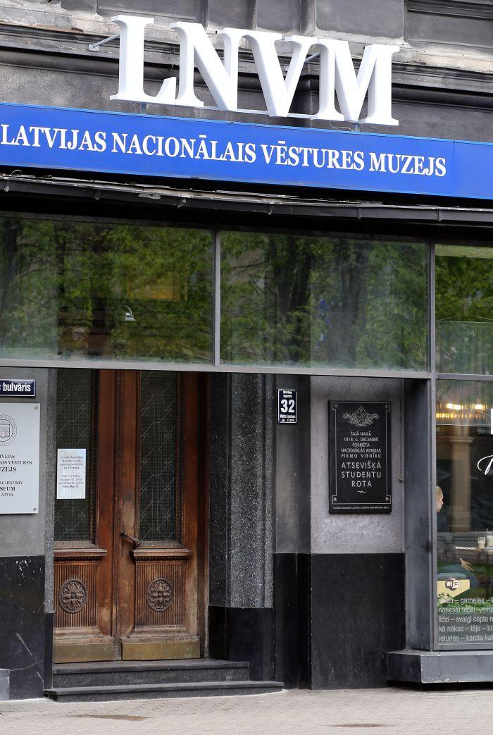 Izkārtne pie ēkas Brīvības bulvārī, kurā atrodas Latvijas Nacionālā vēstures muzeja jaunās pagaidu telpas.
