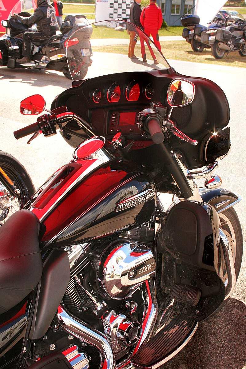 """""""Harley–Davidson"""" modelis """"Electra Glide Ultra Classic"""" sajūtu ziņā ir kā automašīna uz diviem riteņiem un bez jumta."""