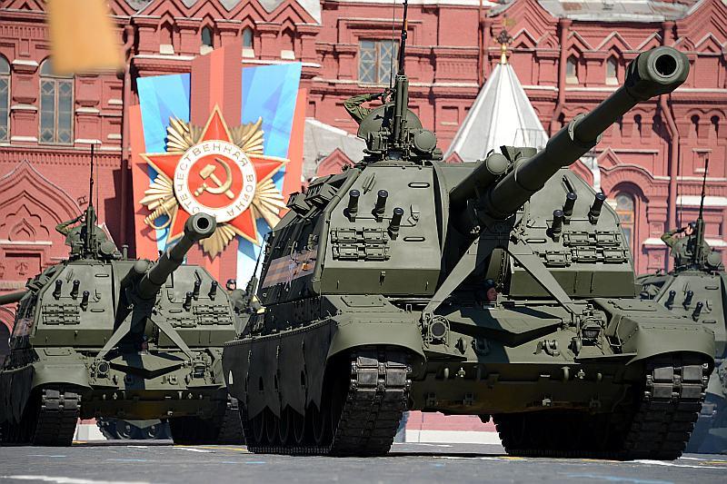 Krievijas armijas tanki piedalās parādē Sarkanajā laukumā.