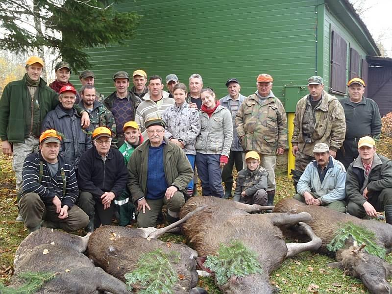 Alojas mednieku kluba šodiena – pēc veiksmīgām medībām kopīgs foto pie mednieku mājas. Pirmais no kreisās stāv kluba vadītājs Aigars Rumbergs.