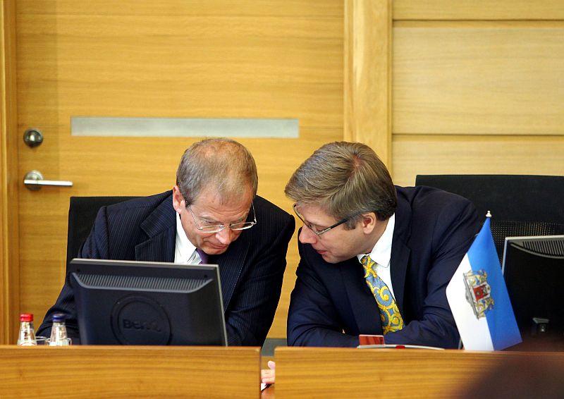 Rīgas domes priekšsēdētāja vietnieks Andris Ameriks (no kreisās) un Rīgas domes priekšsēdētājs Nils Ušakovs piedalās Rīgas domes sēdē.