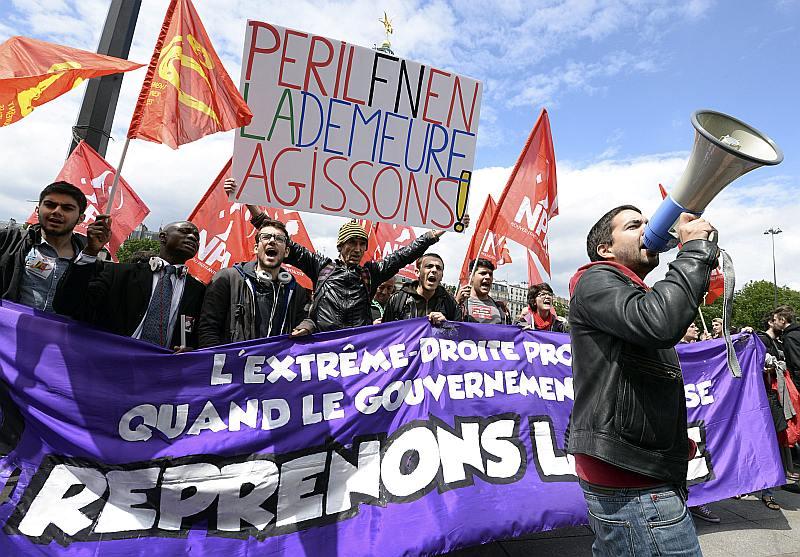 """""""Briesmas Francijas mājā, laiks rīkoties!"""" šāds plakāts rokās demonstrantiem, kas 29. maijā Parīzē protestēja pret Nacionālās frontes partijas panākumiem Eiropas Parlamenta vēlēšanās."""
