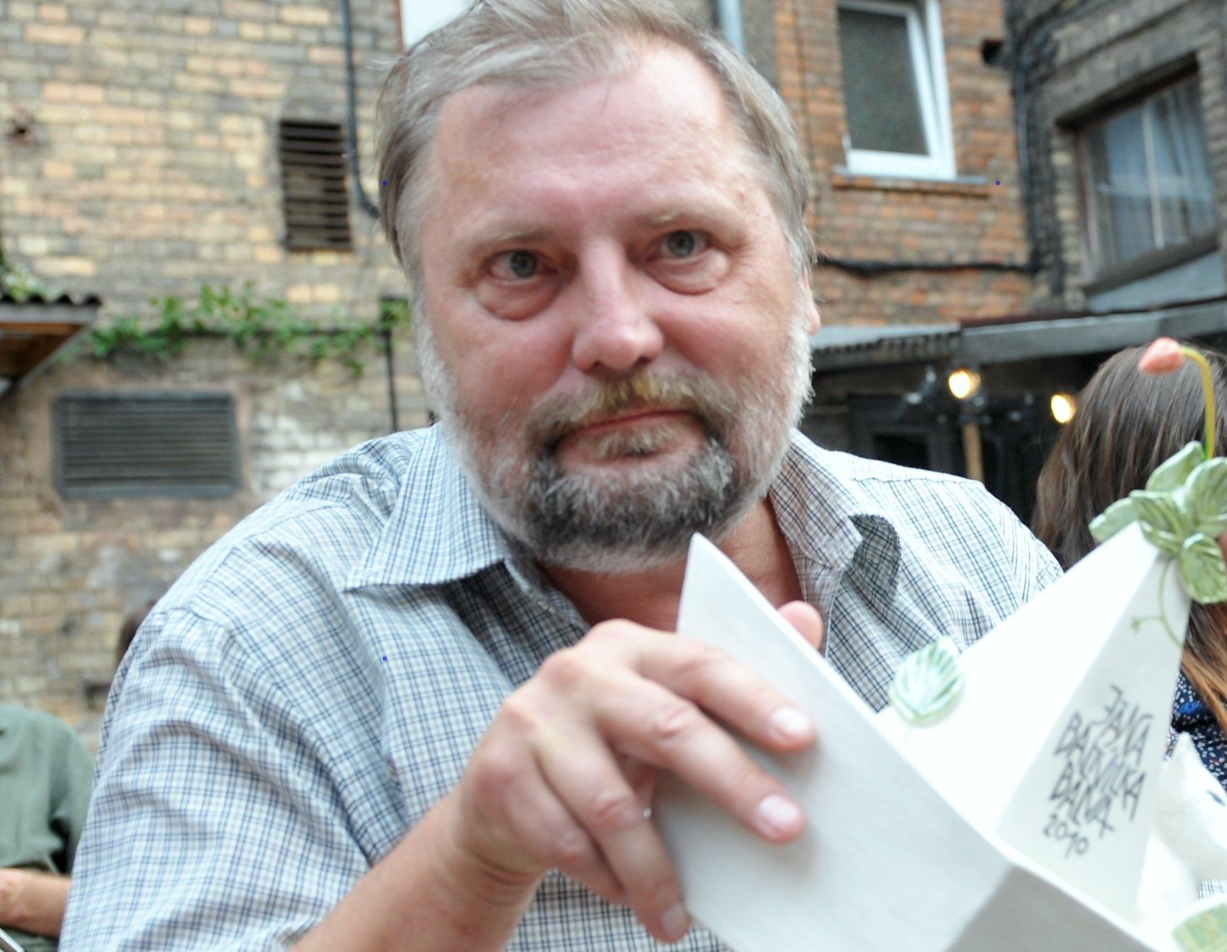 Pēters Brūveris ar Jāņa Baltvilka balvu 2010. gadā.