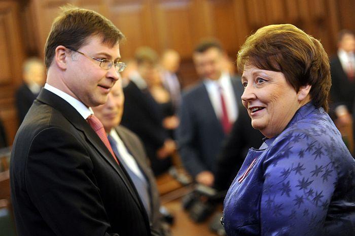 Ekspremjers, Saeimas deputāts un Eiropas Parlamenta deputāta amata kandidāts Valdis Dombrovskis un Ministru prezidente Laimdota Straujuma pirms Latvijas Republikas Neatkarības atjaunošanas dienai par godu sasauktās svinīgās sēdes.