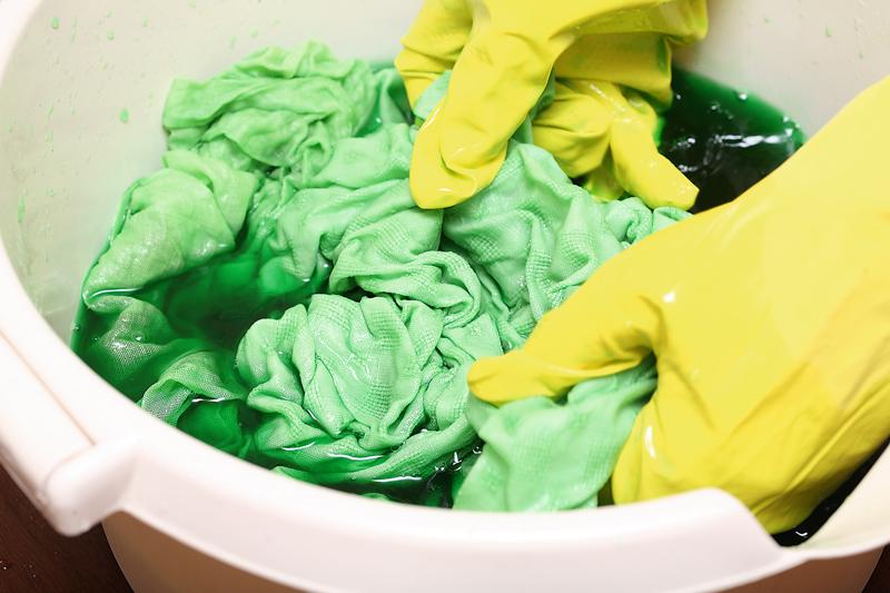 Audums vismaz 10–15 minūtes cītīgi jāmaisa, lai krāsa vienmērīgi iesūktos tekstila šķiedrās.