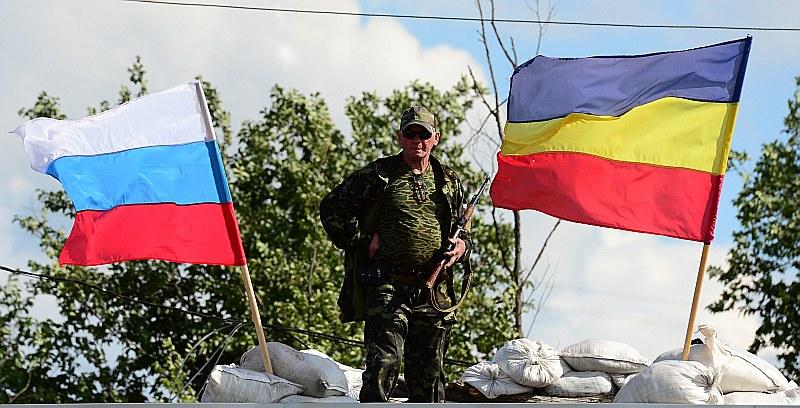 Prokrieviskie kaujinieki paziņojuši, ka turpinās kaujas Ukrainas austrumu apgabalos Luganskā un Doņeckā, kurus viņi nodēvējuši par Jaunkrieviju, kurai piešķīruši savu karogu ar zilu, dzeltenu un sarkanu krāsu (no labās).