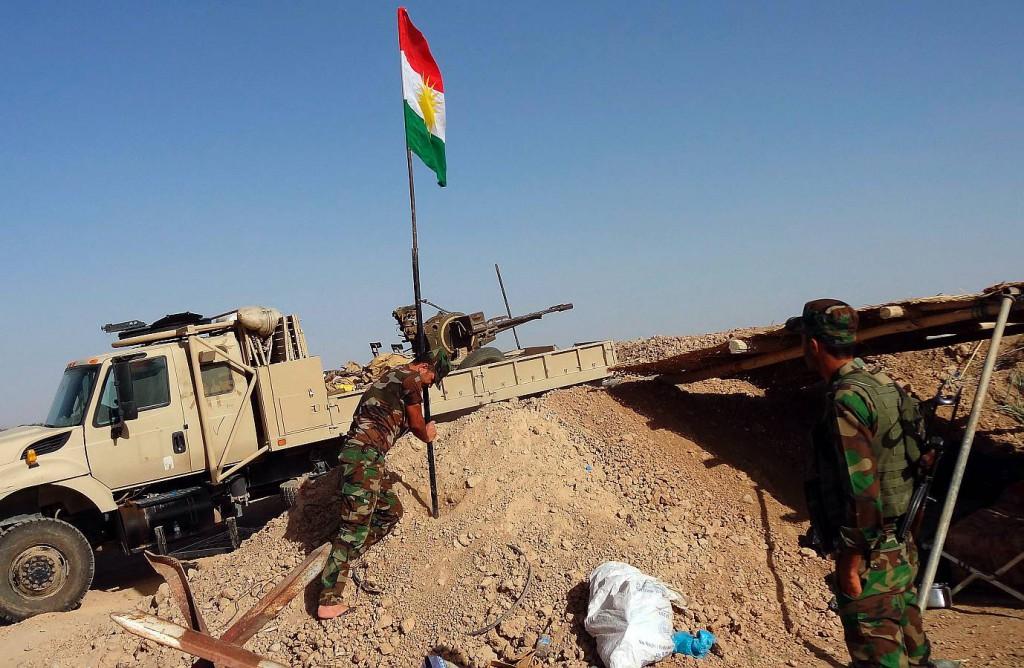 KURDI. Irākā izvēršoties reliģiskajam konfliktam starp sunnītu un šiītu islāma atzariem, valsts ziemeļos dzīvojošie kurdi cer izveidot savu valsti, paceļot kurdu karogu Kirkūkā.