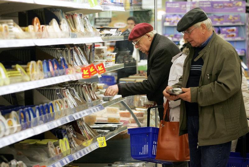 """Cilvēki iepērkas lielveikalā """"Maxima XXX""""."""
