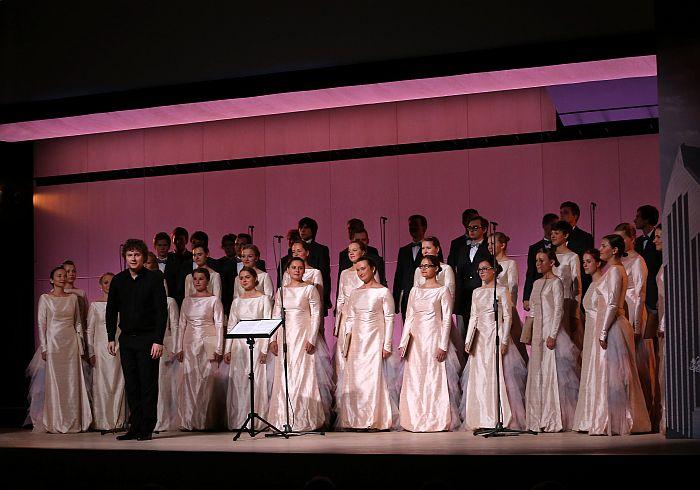 """Koris """"Kamēr…"""" diriģenta Jāņa Liepiņa vadībā uzstājas jaunās Latvijas Nacionālās bibliotēkas ēkas """"Gaismas pils"""" atklāšanas ceremonijā """"Ziedoņa zālē""""."""