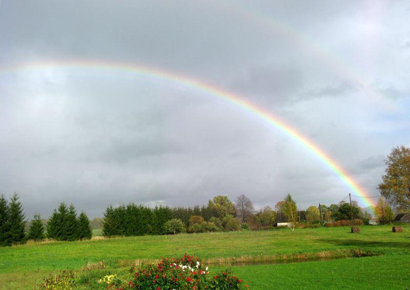 Lauku ainava ar varavīksni.