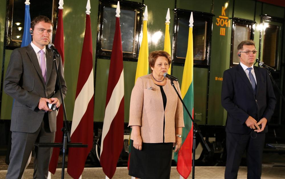 """Igaunijas premjerministrs Tāvi Reivass (no kreisās), Latvijas Ministru prezidente Laimdota Straujuma un Lietuvas premjerministrs Aļģirds Butkevičs piedalās preses konferencē un """"Rail Baltica"""" projekta prezentācijā."""