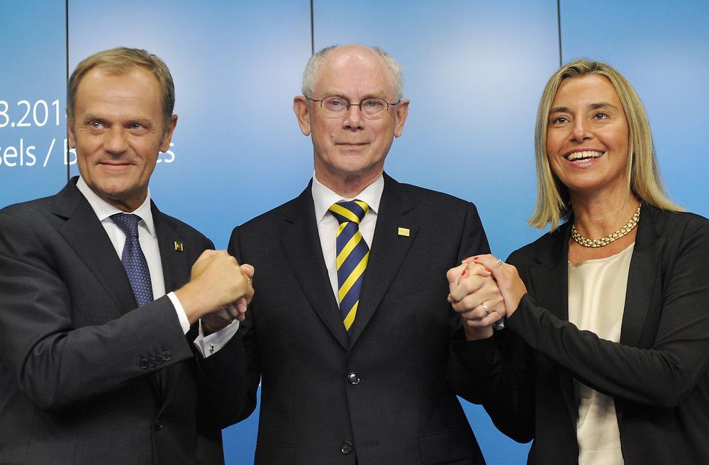 Jaunievēlētais Eiropadomes prezidents Donalds Tusks (no kreisās), pašreizējais prezidents Hermans van Rompejs, itāliete Federika Mogerīni.