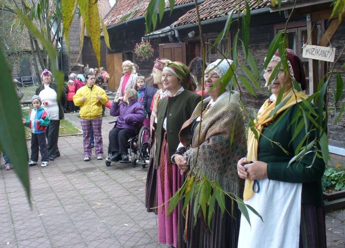 """Vieni no kultūras zīmes saņēmējiem – folkloras grupa """"Atštaukas"""" (Liepāja)."""